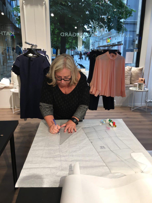 Kathrine Nørgård Skjørt og topp 29 scaled - Lær å lage skjørt og skjortebluse