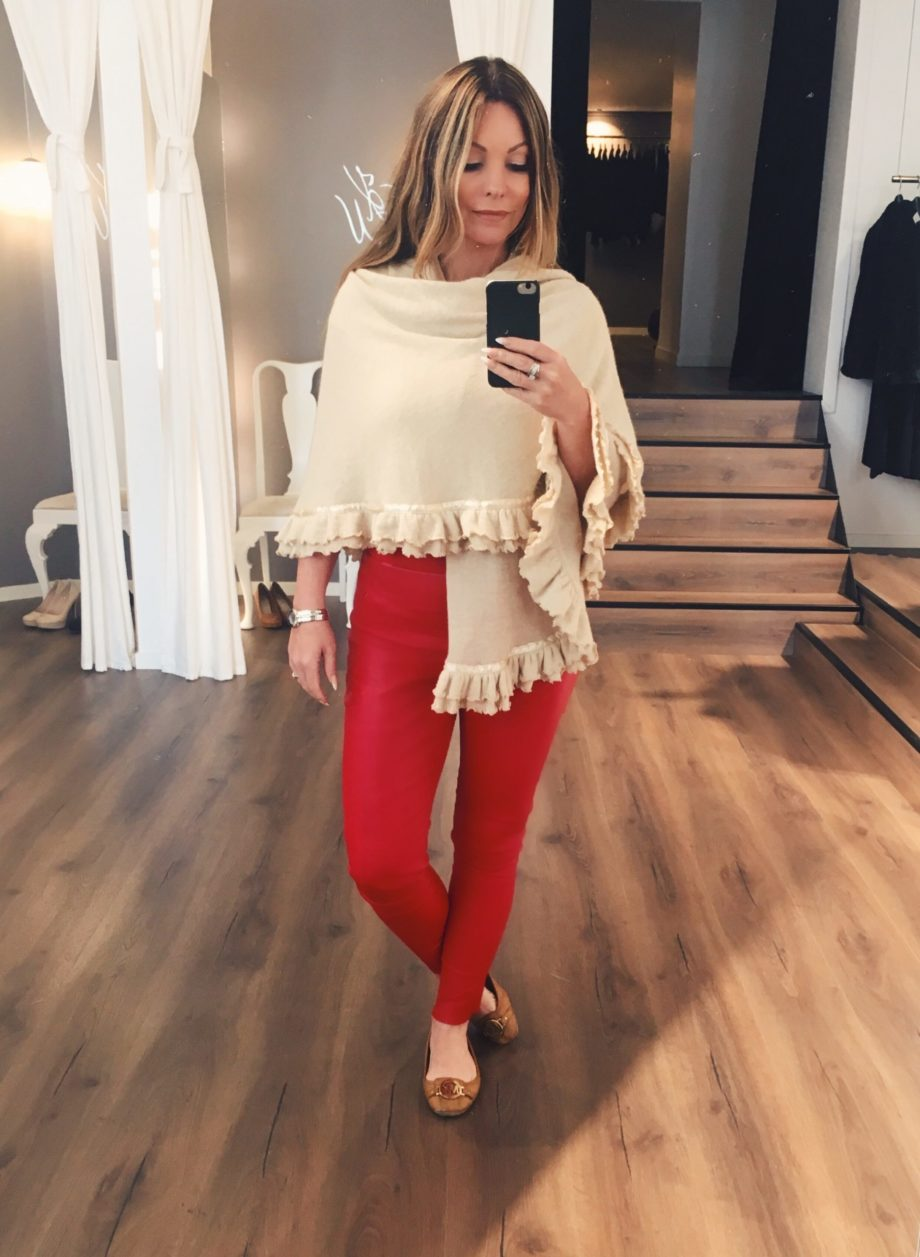 Alexandra sjal varm beige og Ava rød skinnbukse scaled - Alexandra sjal