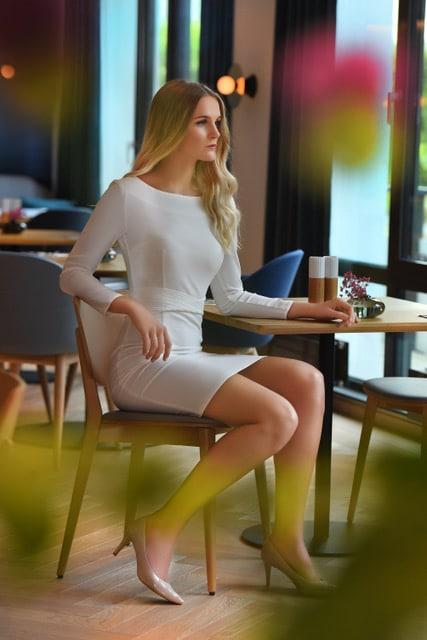 Emelie kjole hvit modellbilde 2 6 - Emelie kjole